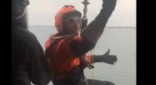 """""""Uomo in mare"""", spettacolare intervento dell'elicottero della Guardia costiera"""