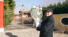 Paolo Noventa porta un mazzo di fuori davanti alla villa di Freddy Sorgato
