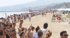 Migliaia in spiaggia per la catena umana «Noi diciamo no al muro anti-rumore»