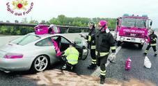 Asfalto bagnato: testacoda in A28, segato il tettuccio della Porsche