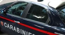 Trans brasiliano sdraiato a bordo strada, aggredisce i carabinieri: arrestato