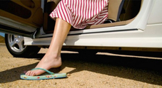 Al volante in ciabatte o a piedi nudi? Si può, ma in caso d'incidente l'assicurazione potrebbe rivalersi