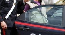 Si butta contro l'auto in corsa nei pressi delle strisce, poi lancia la sua proposta alla guidatrice