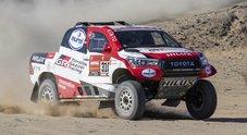 Dakar, subito guai per Alonso: urta sasso e rompe sospensione Hilux. Asturiano perde due ore