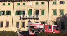 Incendio nella villa del 1500, un intossicato: danni agli arredi
