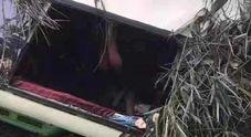 Bus carico di turisti esce di strada: almeno 13 morti e 29 feriti
