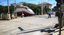 Camper tira dritto e travolge sbarre del passaggio a livello Caos e disagi per i treni