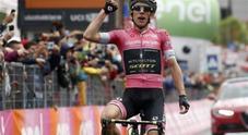 Cartello a luci rosse e dinosauri: ecco cos'è successo durante la diretta del Giro d'Italia