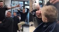 Il bimbo piange dal barbiere, i clienti cantano: «Ci son due coccodrilli...»