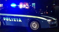 Tira dritto all'alt della polizia e si schianta sulla ciclabile Notte alcolica: denunciato