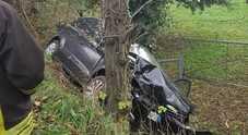 Con l'auto giù nel fosso il conducente si dà alla fuga Soccorsi quattro ragazzi