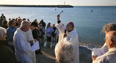 Folla all'alba in spiaggia per benedizione e messa del vescovo per San Giovanni