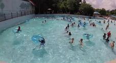 Bambina sta per affogare in piscina, la bagnina si tuffa e la salva in 30 secondi
