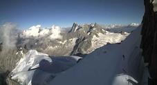 Tragedia sul Monte Bianco, alpinista precipita per 500 metri e muore davanti al figlio di 20 anni