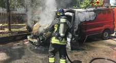 Rogo distrugge il camioncino di un arrotino. Era alimentato a metano /Foto