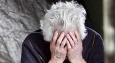 Due donne rapinano la borsa a un'anziana fratturandole una spalla