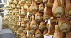 Stagionatura di prosciutti in un'immagine d'archivio