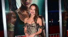Alicia Vikander, abito dark e maxi orecchini sul red carpet: ecco la nuova Lara Croft
