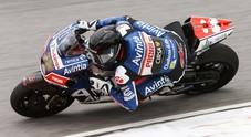 Silverstone, brutto incidente al primo giro, Pol Espargarò portato via in barella, Loris Baz soccorso in pista