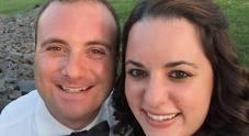 L'auto va fuori strada, poliziotto si schianta e muore nel giorno del suo matrimonio