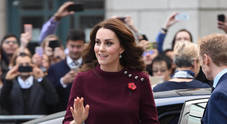 Kate Middleton premaman, il vestitino bordeaux è semplice e trendy