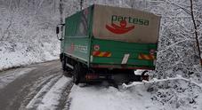 Neve sull'asfalto, camion fuori strada: recuperato dai pompieri