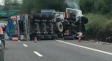 Autocisterna di ossigeno liquido si rovescia: chiusa l'autostrada