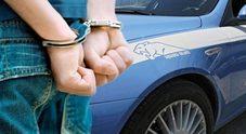 Offrono aiuto alla coppietta appena scippata, poi la rapinano: arrestati