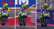 Scintille in pista: Rossi alza il dito medio contro Espargaro