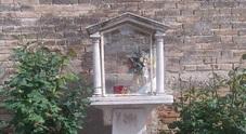 I vandali sacrileghi spaccano la statua della Madonna nell'edicola