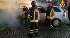 Auto prende fuoco nella notte paura tra i residenti per le fiamme in un parcheggio