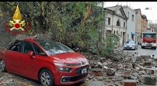 Crolla muro di contenimento, auto danneggiata: strada chiusa
