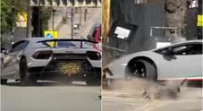La Lamborghini Huracan si schianta prima contro l'albero e poi contro un muretto