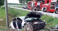 Schianto all'alba, morta una ragazza di 22 anni: l'auto finisce nel fosso, feriti 4 amici