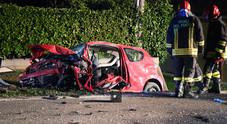 Frontale fra auto: ragazzo incastrato nella Toyota con una gamba recisa