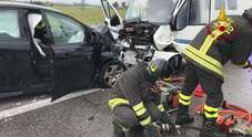 Scontro frontale tra un'auto e un camper: tre feriti, due estratti dalle lamiere