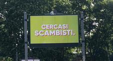 """""""Cercasi scambisti"""": svelato il mistero dei cartelloni apparsi a Roma"""