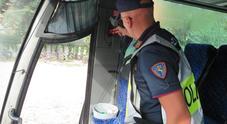 La polizia stradale controlla la sicurezza dei bus della gita scolastica. E non sono in  regola...