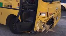 Auto gli taglia la strada, paura sullo scuolabus con i bimbi a bordo