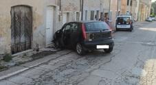 L'auto si schianta contro un casa: madre e figlia all'ospedale