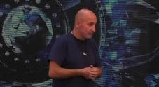 Grande Fratello Vip Maurizio Battista abbandona la casa in lacrime