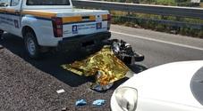 In moto si schianta contro l'auto della protezione civile: muore centauro