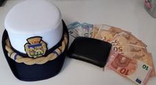 Ragazza trova portafoglio con 750 euro e lo consegna alla polizia