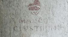 W Marco Giustinian, la scritta sotto il corno dogale: un graffito cinquecentesco a Venezia