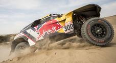 La Peugeot di Peterhansel ruggisce ancora, Loeb costretto al ritiro. Amos sempre in evidenza
