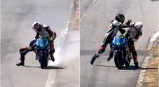 Si aggrappa alla moto dell'avversario e  lo prende a pugni: video virale