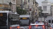 Roma, la strana guerra ai motori ultramoderni nella Capitale delle buche e dei bus vecchi
