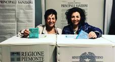 Mamma e figlia candidate sindaco una contro l'altra: la foto alle urne insieme