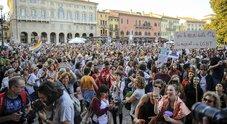 In migliaia sfilano in strada contro  la mozione anti-aborto