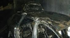 Cortocircuito, scoppia l'incendio e distrugge due Audi